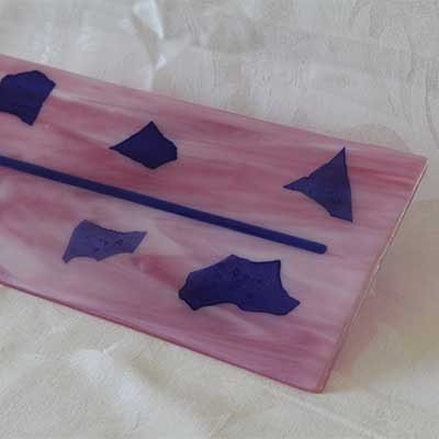 Mauve cheese plate with blue design alt